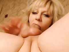 Дерзкой блондинке удалось погрузить фаллос целиком в прямом эфире