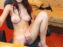 Худая девка с сиськами мастурбирует перед камерой