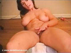 Сисястая баба мастурбирует письку на камеру