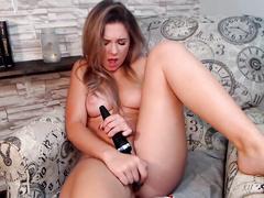 Красотка стала мастурбировать письку на веб камеру