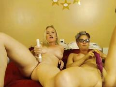 Лесбиянки мастурбируют на веб камеру