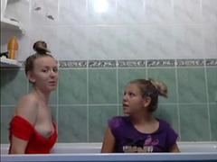 Русские девахи развлекаются в ванной
