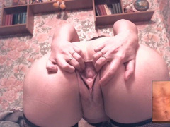 Взрослая дама играет со своей киской в скайпе